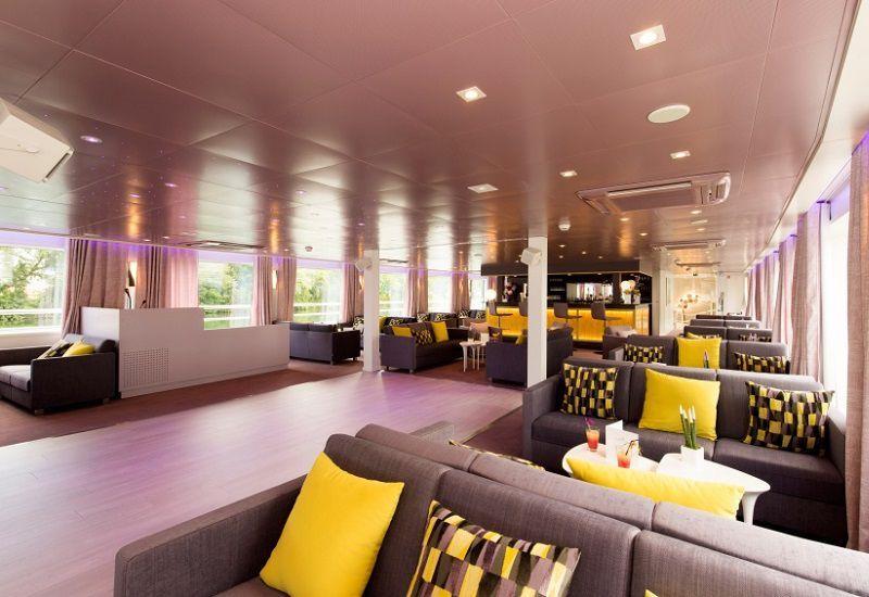 Salon bar et piste de danse à bord du Ms Douce France