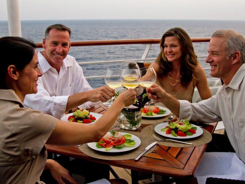 Diner à bord du bateau de croisière Azamara Journey