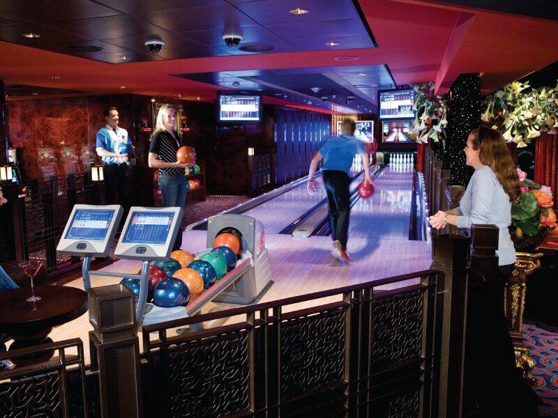 Jouer au bowling à bord du bateau de croisière Norwegian Gem