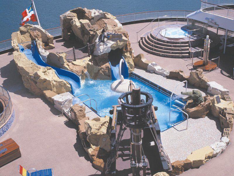 Vue aérienne de la piscine du bateau de croisière Norwegian Spirit