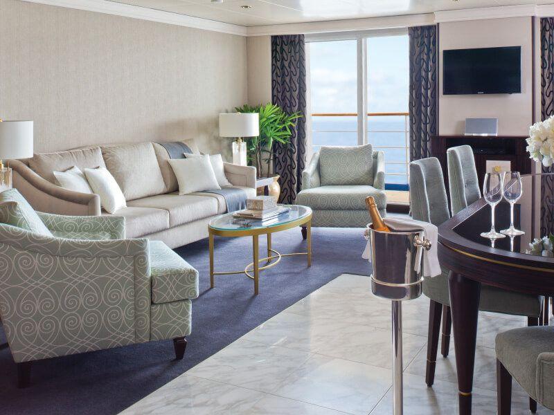 Salon de la suite Master du bateau de croisière Seven Seas Navigator