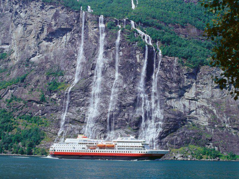 Une autre prise de vue du bateau de croisière MS Finnmarken