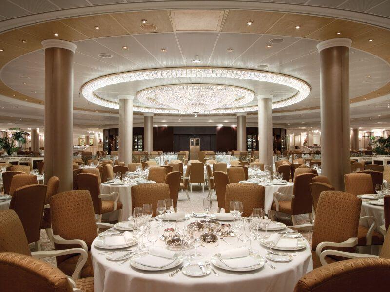 Restaurant du bateau de croisière Marina
