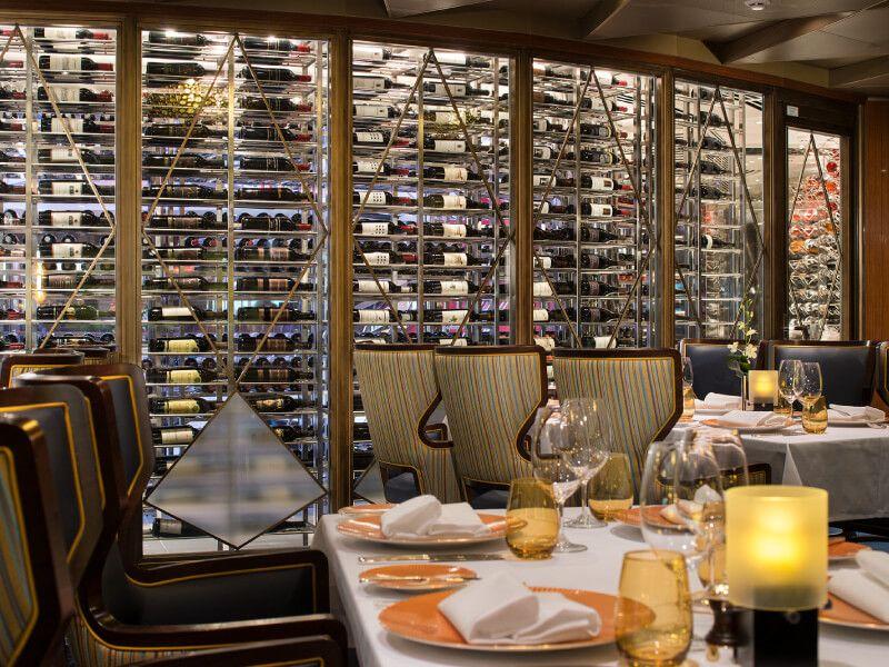 Table dressée au restaurant du bateau de croisière MS Koningsdam