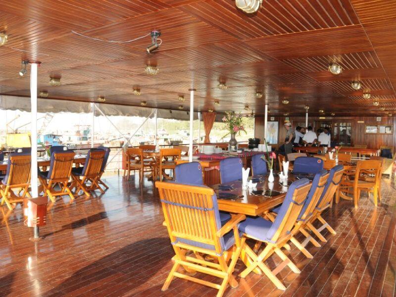 Le restaurant sur le pont soleil du bateau RV Indochine