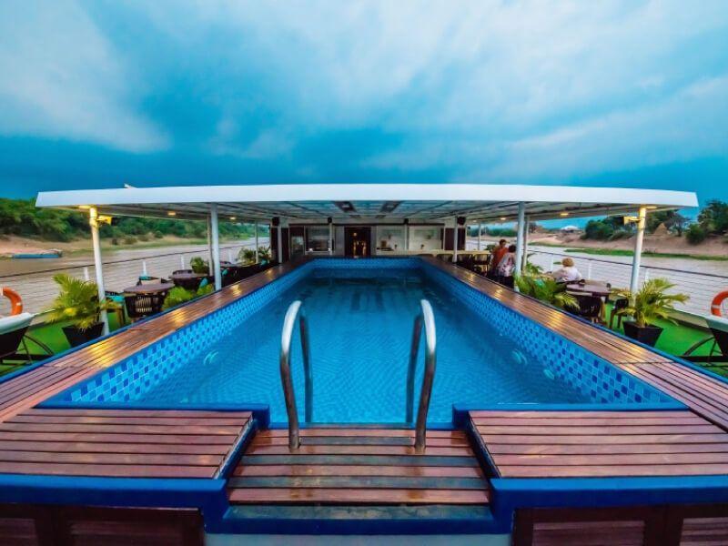 Pont soleil piscine du bateau RV Indochine II