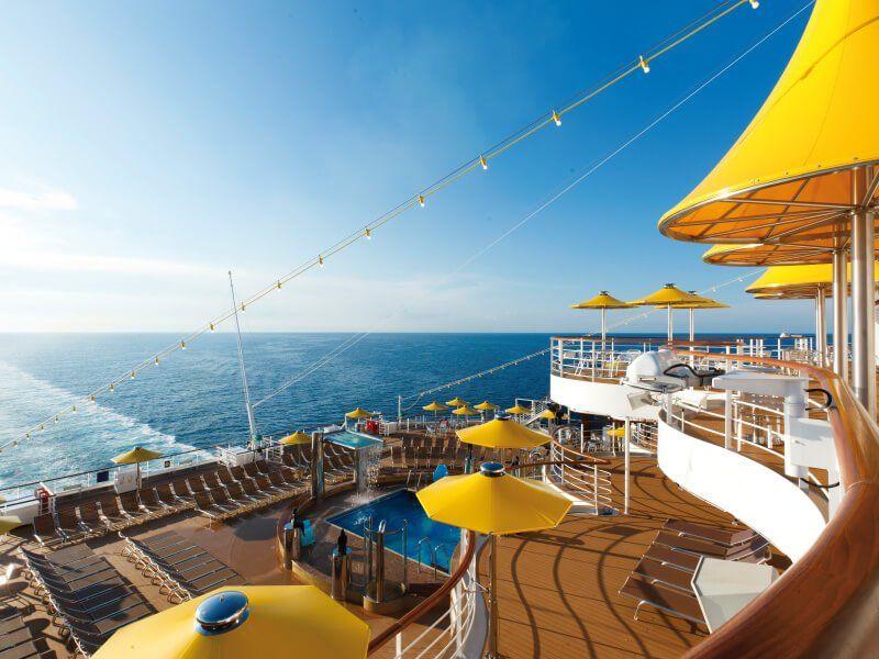 Bar extérieur du bateau de croisière Costa Favolosa