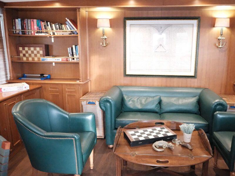 Bibliothèque  du bateau de croisière M Y Callisto