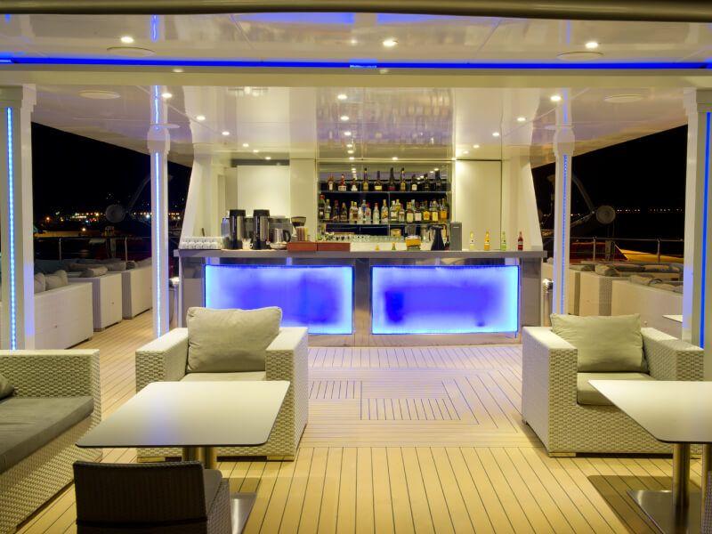 Salon bar du bateau de croisière M Y Callisto