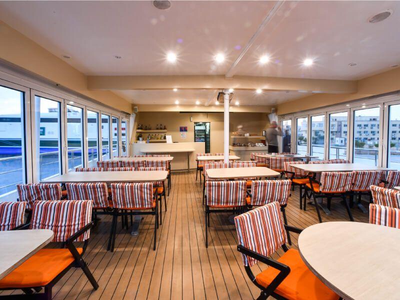 Salon bar du bateau de croisière M Y Harmony V
