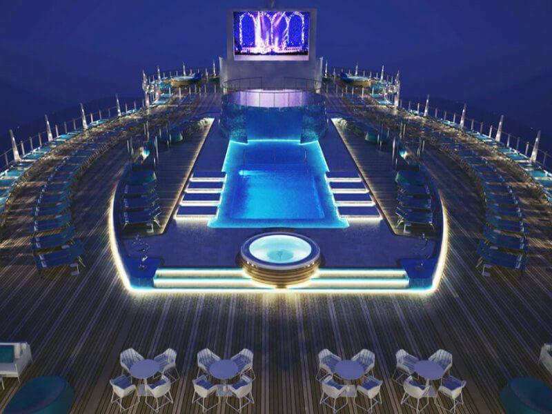 Photo prise la nuit de la piscine du bateau de croisière MSC Seaside