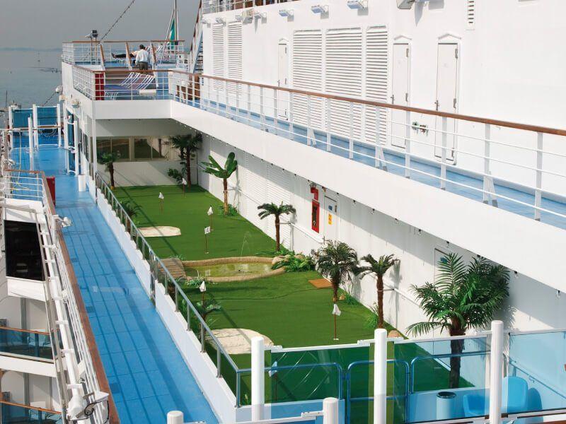 Terrain de mini golf du bateau de croisière Costa Luminosa