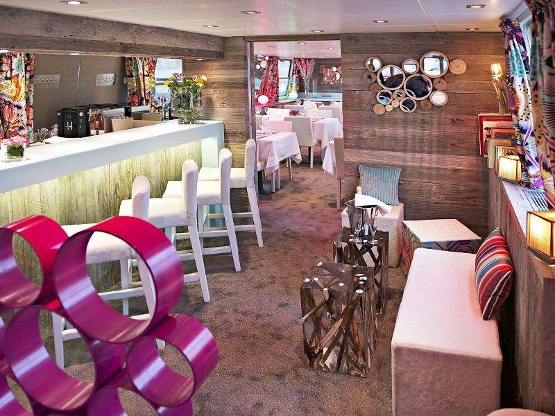 Bar coloré à bord du Ms Jeanine