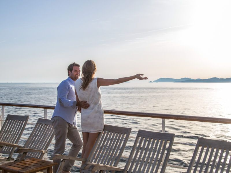 Couple profitant de la vue sur le pont du bateau de croisière Club Med 2