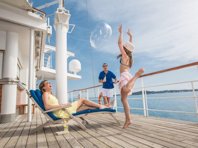 Famille à bord du bateau de croisière Club Med 2