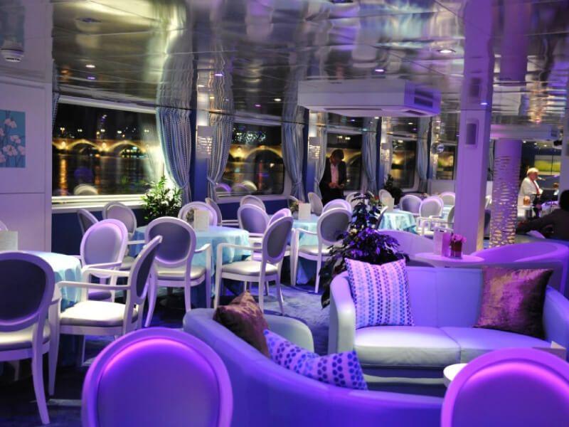 Espace salon de nuit du bateau MS Princesse d'Aquitaine