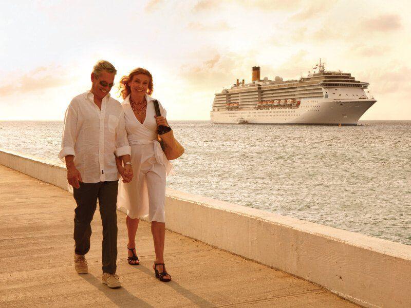 Vue de loin du bateau de croisière Costa Mediterranea