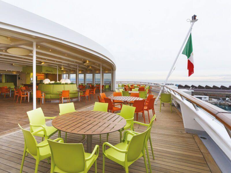 Bar extérieur du bateau de croisière Costa Neoclassica