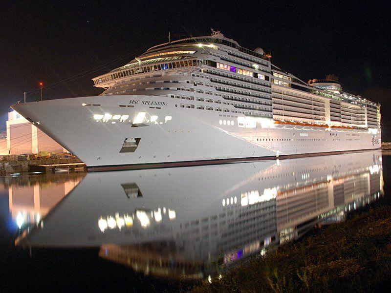 Vue de profil la nuit du bateau de croisière MSC Splendida