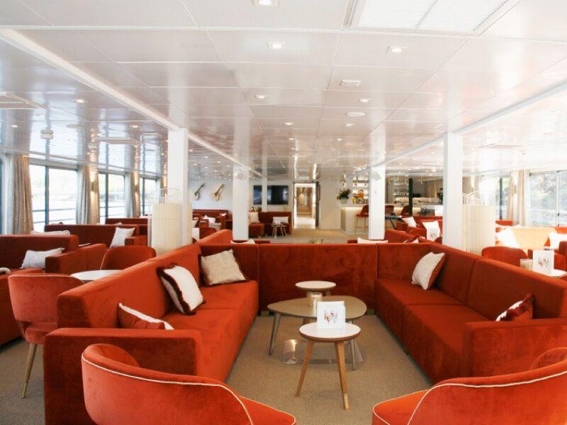 Salon bar du bateau MS Amalia Rodrigues