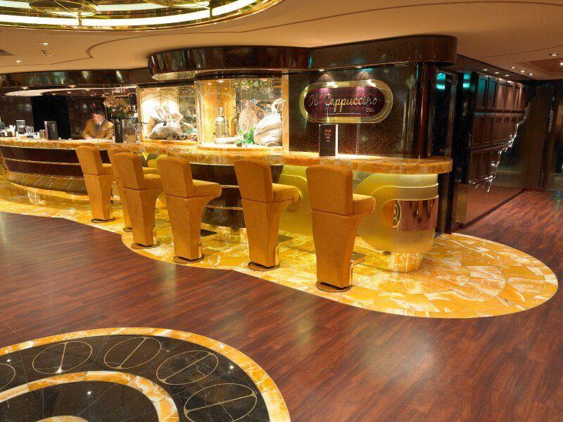 Bar Capuccino du bateau de croisière MSC Fantasia