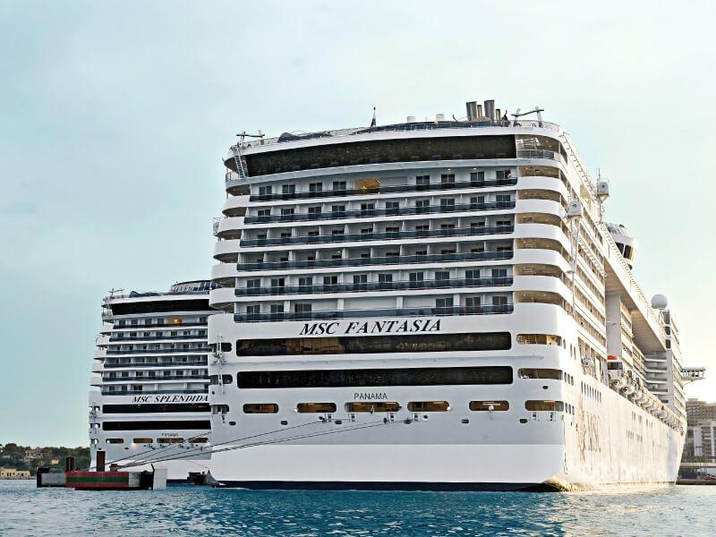 Vue arrière du bateau de croisière MSC Fantasia