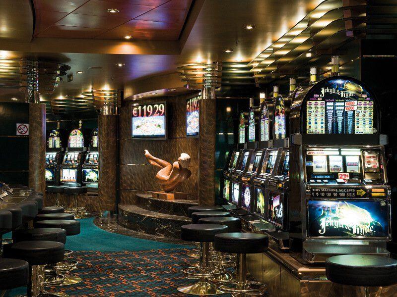 Machine à sous dans le casino du bateau de croisière MSC Orchestra