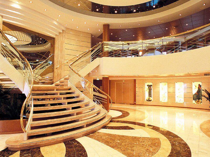 Hall du bateau de croisière MSC Opera