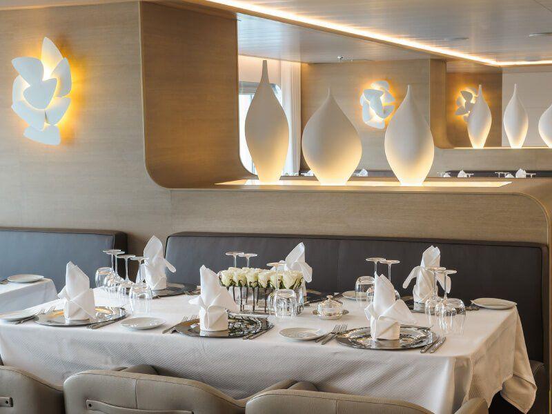 Une autre vue d'une table dressée du restaurant du bateau de croisière Le Soléal