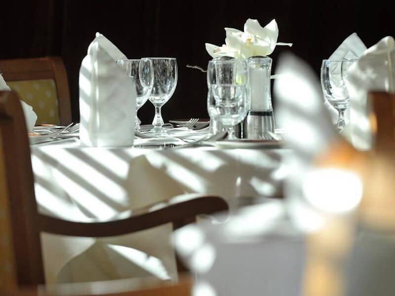 Table dressée au restaurant du voilier de croisière Le Ponant