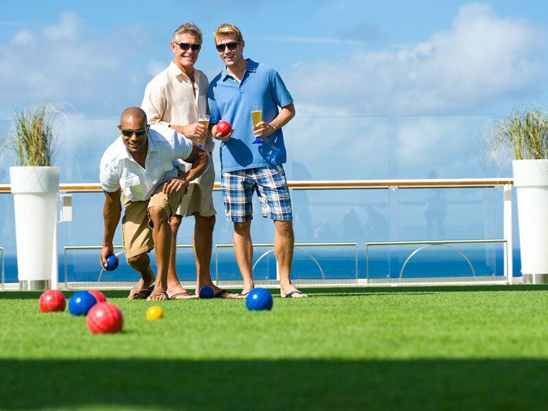 Vous pouvez même jouer au Bowling à bord du bateau de croisière Celebrity Equinox