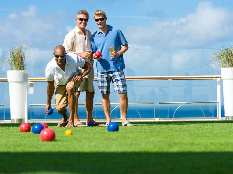 Jouer à la pétanque à bord du bateau de croisière Celebrity Silhouette