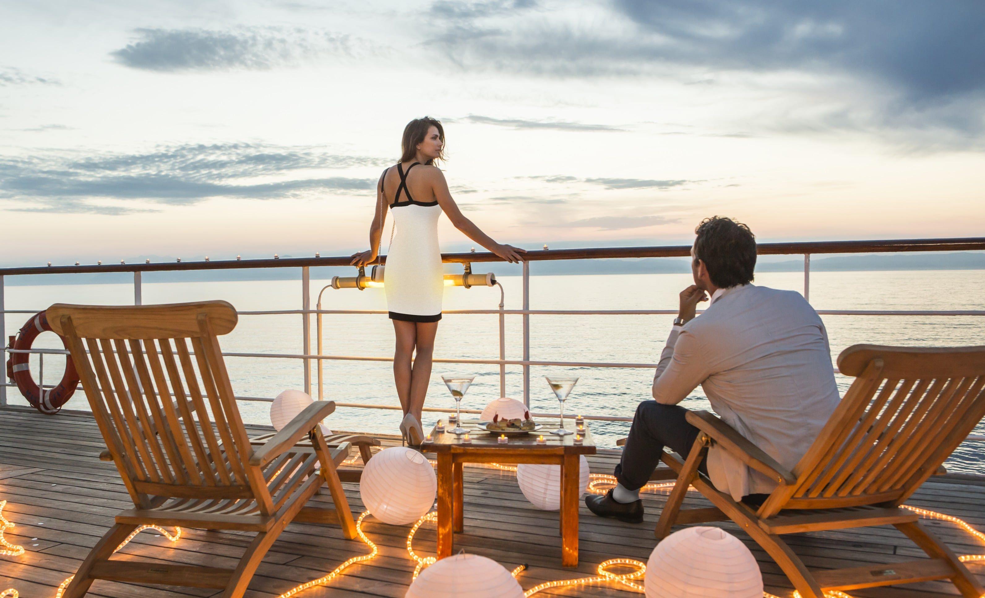 Admirez le coucher du soleil sur le pont lors de voyage de noces en croisière